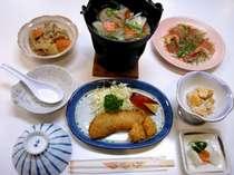 家庭的な雰囲気の夕食♪ご飯もすすみます(食事一例)