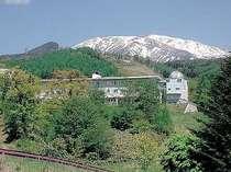 残雪がのこる初夏の御嶽山