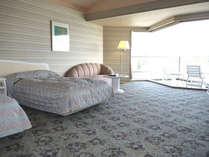 芭蕉亭(最上階4階)のベッドルーム「月の間」。お部屋から松島の景色をお楽しみ下さい。