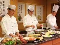 オープンキッチンでは牛タン・ステーキ・天ぷらを目の前で実演調理しています