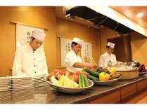 オープンキッチン調理したての牛タン・ステーキ・天ぷらを愉しめます