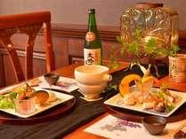 別棟のレストランで頂く季節替りの創作コース料理。洒落た設えでゆっくりと料理を堪能!