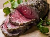 肉汁を閉じ込め、ローストビーフのカットで旨味があふれ出す!口の中も唾液があふれ出る(^^♪
