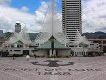 人気スポット!メリケンパークには船の帆と波をシンボライズした神戸海洋博物館・カワサキワールドが建つ。