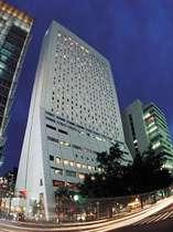 大阪ミナミの心斎橋に位置し、地下鉄心斎橋駅直結の快適アクセス
