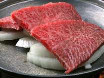 霜降り具合が抜群の若狭牛例。陶板焼きでお好きな焼き加減にして召し上がれ!