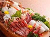 越前の宝!獲れたて日本海の海幸を楽しめる自慢の舟盛り。内容はその時々で異なります。