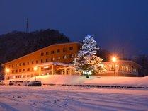【外観】ダイナランドスキー場の目の前。標高1,000mに佇む高原ホテルです