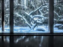 冬の女性大浴場。紅梅に積もった雪を眺めながらゆっくりと温泉をお楽しみください。