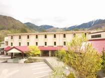白樺並木を抜けた場所に佇む木曽駒高原のリゾートホテル
