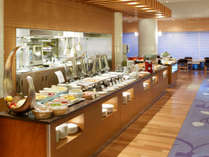 オープンキッチンのある「グランカフェ パティオ」で朝食ブッフェをお楽しみいただけます。