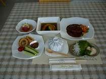 夕食の一例です。季節に応じた地元の野菜をふんだんに使っております。夕食時間17:30~19:30