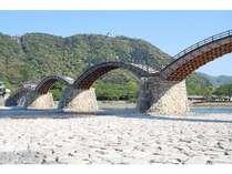 【錦帯橋】当館よりお車で約20分。日本三大名橋の一つで、岩国のシンボルでもあります。