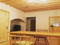 8畳洋室には、ダイニングテーブルとイスでの食事スタイル。
