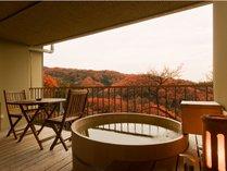 紅葉に染まる絶景客室付き露天風呂