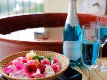 ティファニーブルーのシャンパン&露天風呂付客室で花風呂。お姫様気分♪