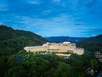 移りゆく四季折々の自然に囲まれたリゾートホテルでございます。