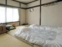 和室8畳のお部屋。南向きの大きな窓から暖かい日差しの入るお部屋。