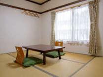和室6畳のお部屋。お一人で広々と、お二人でリーズナブルに泊まれる南向きのお部屋です。