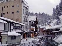 銀山温泉街に佇む温泉旅館。お土産屋探しや食べ歩き、湯巡りも気軽に楽しめる。