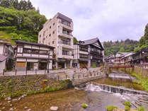 *銀山温泉街に佇む温泉旅館。お土産屋探しや食べ歩き、湯巡りも気軽に楽しめる。