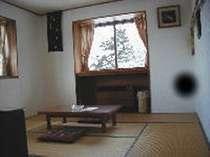 和室8畳からは白樺と遠くの山並が見渡せます