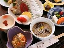 ★地場食材の自然の恵みのご朝食。蕎麦めし、ヨーグルト、生野菜サラダ等、夕食と間違うボリューム