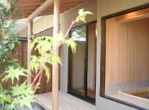 貸切風呂『二人静』(半露天)ひのきとひば、木のお風呂です。