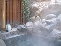 雪が舞い散る露天風呂