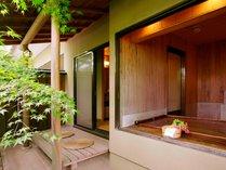 *貸切風呂『二人静』(半露天)ひのきとひば、木のお風呂です。湯上りは縁台でビールを!