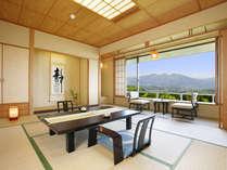 【東館最上階・禁煙・和室11畳】全3室。視界を遮るものがない大きな窓が特徴のお部屋です。