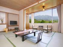 【東館4F・展望客室13畳】広縁には椅子を2脚ご用意。景色を見ながらのモーニングコーヒーは格別です。