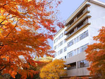 もみじの向こうは東館展望客室。(例年では10月下旬~11月中旬に見ごろを迎えます。)