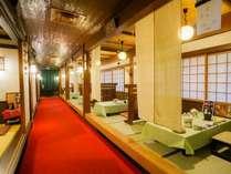 【西館1F・お食事処「けやき」】各テーブルがパーティションで仕切られ半個室となっています。