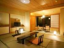【東館4F・展望客室13畳】全2室。大きな窓から伊香保随一の四季折々の景色が飛び込んできます。