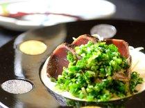 【夕食・お造り】『高崎市総合卸売市場』から毎日鮮魚を仕入れています。鰹の叩きを自家製ポン酢で