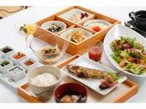 朝食も提携農家で採れたての有機野菜や近海獲れたての鮮魚など、その時期の旬の味覚をお届けします。