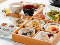 【朝食一例】提携農家で採れたての有機野菜や近海獲れたての鮮魚など、その時期の旬の味覚をお届けします。