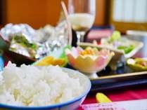 【朝食】県産米など、地産地消の食材を朝食膳でお召し上がり頂けます