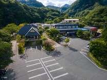 【 外観 】 広大な山間の一軒宿。新館:桐の花(左)と、本館:山吹の花(右)