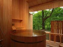 《露天風呂付和風スイート》季節を感じながら、のんびりとお寛ぎ下さい。
