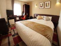 くつろげる空間、広いベッドのダブルルーム