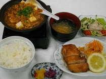 夕食 日替わり定食 一例 照焼きチキン 陶板麻婆豆腐 帆立と胡瓜の和風サラダ