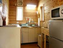 調理器具及び食器類が完備されたキッチンです。