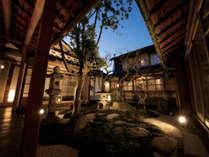 【オナエ棟】中庭の濡れ縁に座って日本家屋ならではの風情を感じて