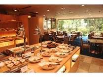 レストラン万葉の朝食バイキング。郷土料理をはじめ和洋メニューを毎朝ご用意