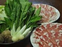 小国黒豚しゃぶしゃぶプラン。 肩ロース&バラ肉が各々100g 新鮮野菜付(写真は2人分・野菜は一例)