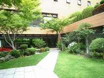 ホテル3階の庭園。都会の喧騒を忘れさせる豊かな緑に包まれて、ゆったり寛ぎの旅を