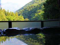 客室の露天風呂から眺める谷川岳は絶景の極み