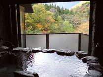 客室の露天風呂からは谷川岳を望む絶景が広がります。